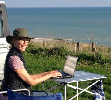 """Christiane Kördel beim Schreiben von """"Seezeichen 13"""". Was für ein Arbeitsplatz!"""